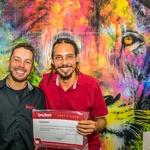 Artista Cristo Emílio recebe o Certificado de Expositor do diretor da Escola Bauhaus Brasil